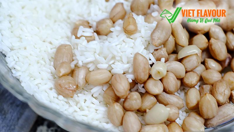 Gạo nếp trộn đậu phộng trước khi nấu xôi đậu phộng | Lạp xưởng Người Hai Quê